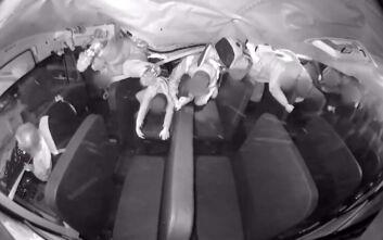 Βίντεο από τρομακτική σύγκρουση σχολικού με αυτοκίνητο, οι μαθητές εκτοξεύθηκαν στην οροφή