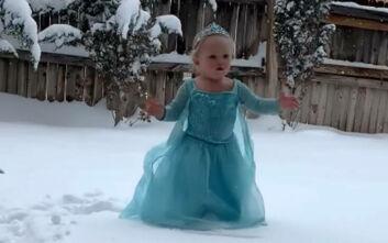 Μια μικρούλα που λατρεύει το «Frozen» βλέπει για πρώτη φορά χιόνι και δίνει ρεσιτάλ