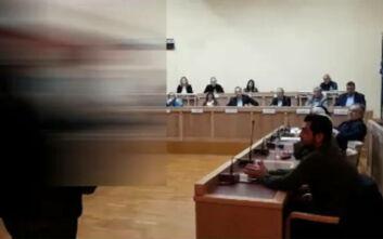 Ρουβίκωνας: Παρέμβαση στο δημοτικό συμβούλιο Γλυφάδας