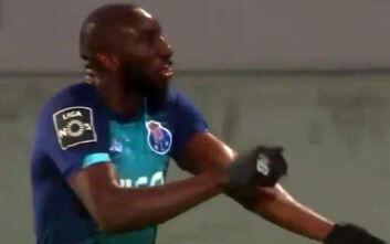 Ο παίκτης της Πόρτο που έγινε δέκτης ρατσιστικής συμπεριφοράς πανηγύρισε δείχνοντας το χρώμα του