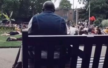 Η στιγμή που ένας μοναχικός άνδρας κάνει ένα ολόκληρο πάρκο να τραγουδάει Bon Jovi