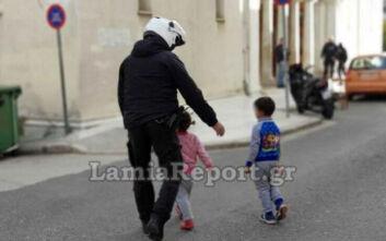 Δύο μικρά αδελφάκια έκαναν βόλτες μόνα τους, χαμένα στην πόλη της Λαμίας