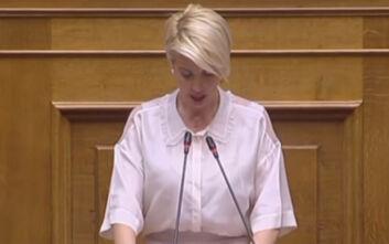Το Twitter κάνει πάρτι με τη βουλευτή Κατερίνα Μονογιού που δυσκολεύεται να μιλήσει στη Βουλή