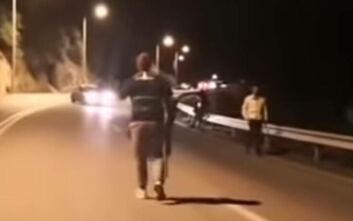 Βίντεο με άνδρα που πυροβολεί έξω από στρατόπεδο που βρίσκονται τα ΜΑΤ στη Λέσβο