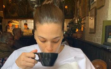 Η Ashley Graham θηλάζει και πίνει καφέ