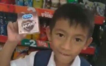 Μαθητής θέλει να κάνει δώρο στη δασκάλα του και μπερδεύει σοκολάτα με... προφυλακτικά
