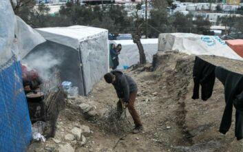 Οι αιτούντες άσυλο της Μόριας μαζεύουν και ανακυκλώνουν τα πλαστικά στον καταυλισμό