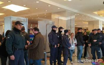 Εικόνες με τους αστυνομικούς μέσα στο ξενοδοχείο όπου διεξάγεται το συνέδριο της ΓΣΕΕ