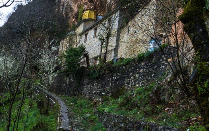 Ένα μοναστήρι κρυμμένο στη σπηλιά ενός απόκρημνου βράχου – Newsbeast