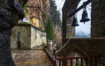Ένα μοναστήρι κρυμμένο στη σπηλιά ενός απόκρημνου βράχου
