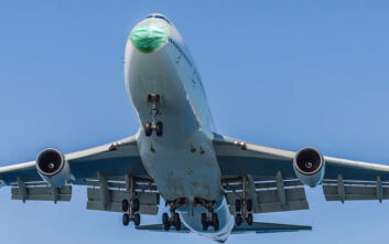 Κορονοϊός: Μειώσεις δαπανών, άδειες άνευ αποδοχών, «πάγωμα» προαγωγών για αεροπορικές εταιρείες