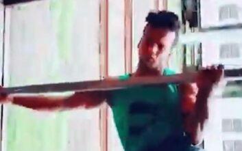 Ακρωτηριασμένος Ινδός κάνει ένα επικίνδυνο κόλπο σε κινούμενο τρένο και κόβει την ανάσα