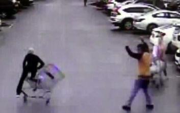 Η στιγμή που άντρας εξουδετερώνει κλέφτη με ένα καρότσι για τα ψώνια