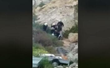 Χίος: Νέο βίντεο δείχνει αστυνομικούς των ΜΑΤ να χτυπούν με μανία πολίτες