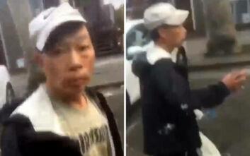 Βίντεο-ντροπή με άνδρα να χτυπά ηλικιωμένο στο πρόσωπο και τους παριστάμενους να χλευάζουν και να βιντεοσκοπούν