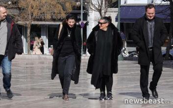 Οι κόρες του Κώστα Βουτσά στη Μητρόπολη - Σε λαϊκό προσκύνημα η σορός του πατέρα τους