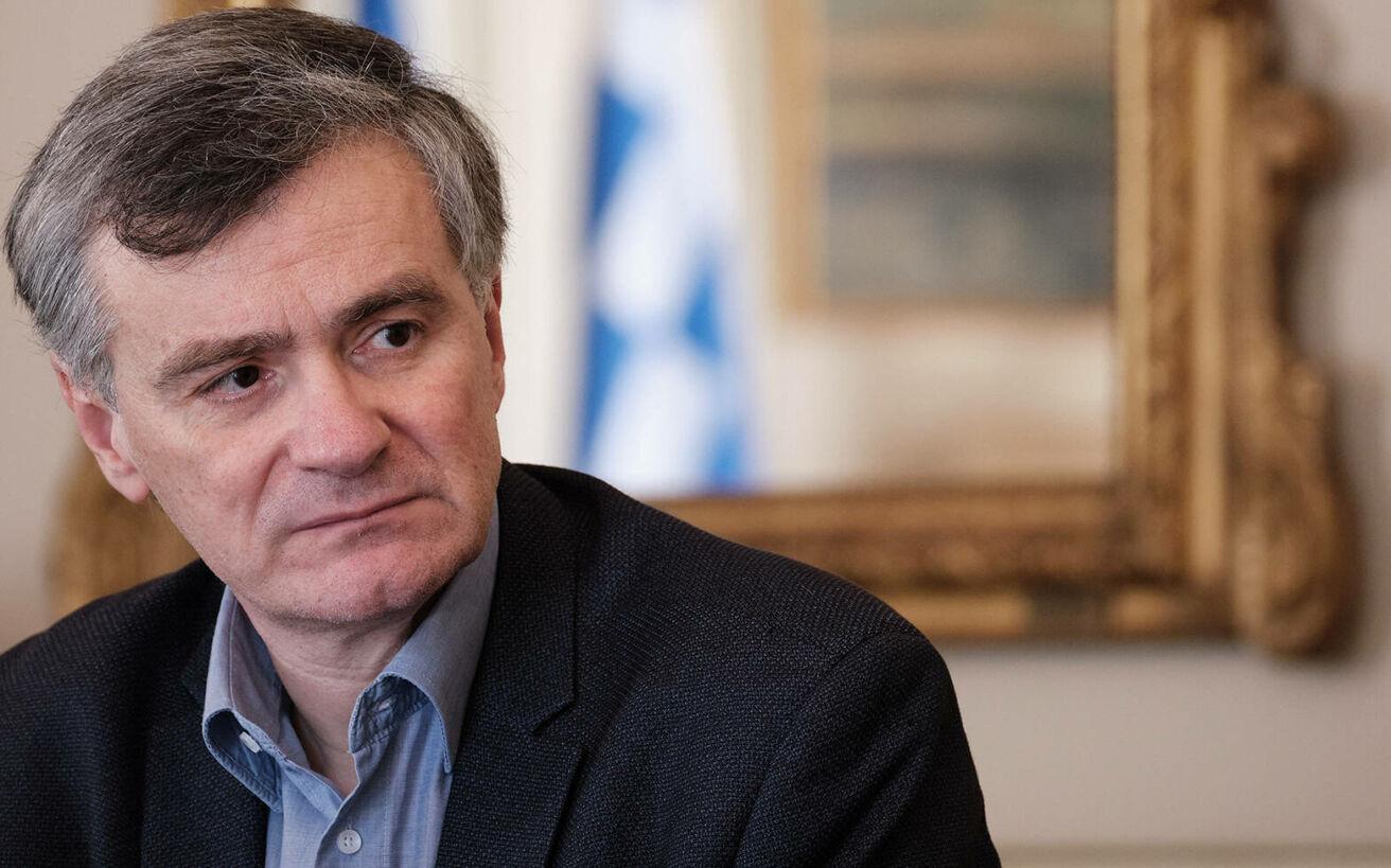 Σωτήρης Τσιόδρας: Ο επιστήμονας που από τα χείλη του κρέμεται η Ελλάδα