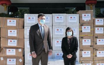 Ο Βασίλης Κικίλιας παρέλαβε 50.000 μάσκες για τον κορονοϊό από την πρέσβη της Κίνας