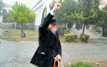 Μανώλης Γλέζος: Η συγκινητική φωτογραφία υπό καταρρακτώδη βροχή και με υψωμένη τη γροθιά