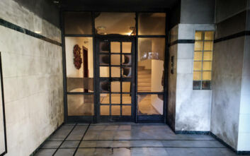 Θάνος Τζήμερος: Εικόνες μετά την έκρηξη στην είσοδο της πολυκατοικίας που μένει