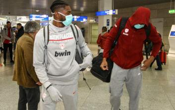 Κορονοϊός: Με μάσκες οι παίκτες του Ολυμπιακού πετάνε για το Βερολίνο