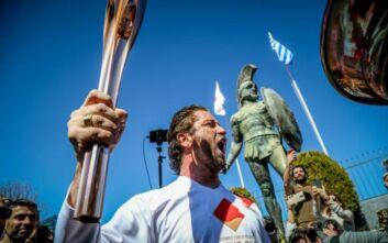 Ο Τζέραρντ Μπάτλερ άναψε την Ολυμπιακή Φλόγα με «This is Sparta» και η λαμπαδηδρομία σταματά