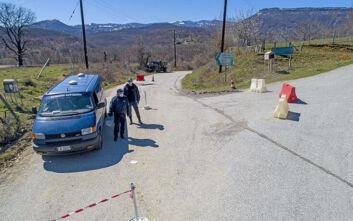 Ελληνικά χωριά σε καραντίνα: Αστυνομικοί και μπλόκα έξω από τη Δαμασκηνιά και τη Δραγασιά