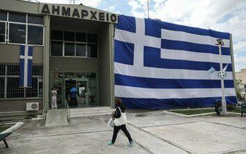 Ελληνική σημαία 350 τ.μ. σκέπασε το δημαρχείο Ελληνικού-Αργυρούπολης