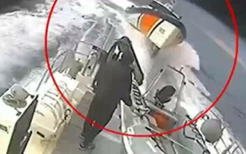 Καρέ - καρέ η στιγμή που σκάφος του Ελληνικού Λιμενικού παρενοχλείται από τουρκική ακταιωρό
