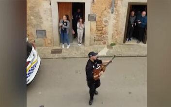 Ισπανία: Αστυνομικοί εμψυχώνουν τραγουδώντας τους κατοίκους που είναι καραντίνα
