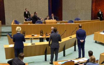 Κορονοϊός: Παραιτήθηκε λόγω εξάντλησης ο Ολλανδός υπουργός Υγείας που λιποθύμησε στο κοινοβούλιο