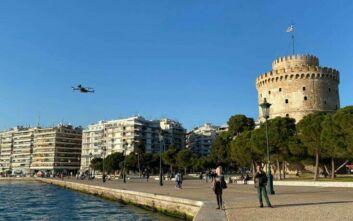Βίντεο από drone που πετά πάνω από την παραλία Θεσσαλονίκης και καλεί τον κόσμο να μείνει σπίτι