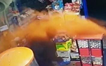 Υπάλληλος σε κατάστημα έκανε τον ληστή να το βάλει στα πόδια… κλαίγοντας