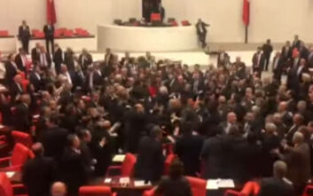 Βίντεο με άγριο ξύλο στην τουρκική Βουλή: Μπουνιές και κλωτσιές μετά από σχόλια για τον Ερντογάν