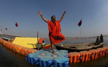 Ινδός γκουρού παρουσιάζει αγιουβερδικό φάρμακο κατά του κορονοϊού