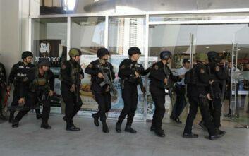 Φιλιππίνες: Ισχυρή αστυνομική δύναμη έξω από το εμπορικό κέντρο με τους 30 ομήρους