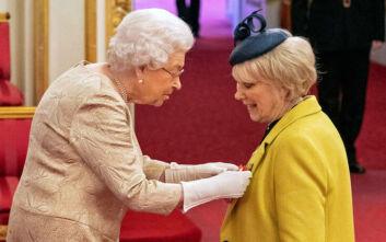 Η βασίλισσα Ελισάβετ φόρεσε γάντια λόγω κορονοϊού