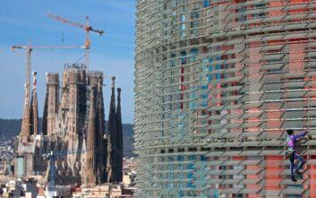 Ο Γάλλος... Σπάιντερμαν αναρριχήθηκε σε ουρανοξύστη Βαρκελώνης και έστειλε μήνυμα για τον κορονοϊό