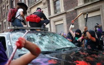 Ναζιστικοί χαιρετισμοί, βόμβες μολότοφ και τραυματίες σε πορεία για την Ημέρα της Γυναίκας στο Μεξικό