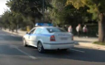 Κορονοϊός: Περιπολικά της ΕΛ.ΑΣ. στέλνουν παντού το μήνυμα για την αποφυγή του συνωστισμού