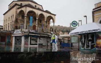 Κορονοϊός: Το άδειο Μοναστηράκι απολυμαίνεται από συνεργείο του Δήμου Αθηναίων