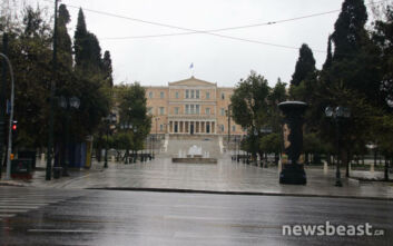 Άδεια πόλη η βροχερή Αθήνα λόγω κορονοϊού