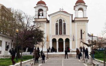 Αγρίνιο: Αρκετοί πιστοί στην Αγία Τριάδα για τη λειτουργία παρά την κυβερνητική απαγόρευση