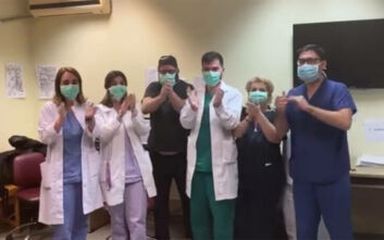 Κορονοϊός Θεσσαλονίκη: Γιατροί και νοσηλευτές του ΑΧΕΠΑ ευχαρίστησαν τον κόσμο για το χειροκρότημα που εισέπραξαν