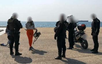 Θεσσαλονίκη: Τα «έψαλε» σε δημοσιογράφους και αστυνομικούς για το κλείσιμο της παραλίας