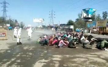 Σάλος με βίντεο από την Ινδία, αξιωματούχοι ψεκάζουν εργάτες για να τους απολυμάνουν