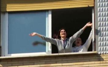Κορονοϊός: Οι Ιταλοί βγήκαν στα μπαλκόνια - Όλα τα ραδιόφωνα μετέδωσαν ταυτόχρονα τον εθνικό ύμνο