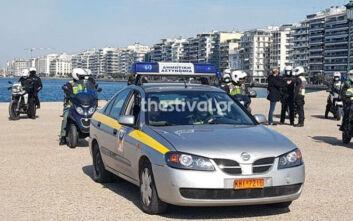 Περιπολίες στη νέα παραλία Θεσσαλονίκης: «Μείνετε σπίτι σας» φωνάζουν οι αστυνομικοί στους πολίτες