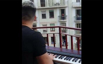 Η μίνι συναυλία στο μπαλκόνι που έκανε μία ολόκληρη γειτονιά να χειροκροτεί