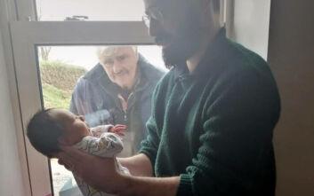 Η συγκλονιστική στιγμή που γνωρίζει το νεογέννητο εγγόνι του από το παράθυρο λόγω κορονοϊού